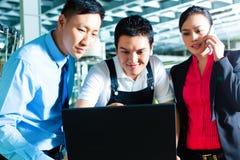 Trabalhador e serviço ao cliente de uma fábrica Imagens de Stock