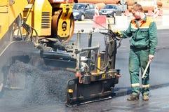 Trabalhador em trabalhos de asfaltagem Imagens de Stock Royalty Free