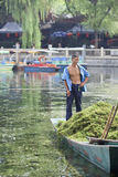 Trabalhador em um barco no lago Houhai, Pequim, China Imagens de Stock