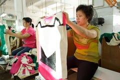 Trabalhador em uma fábrica chinesa do vestuário Fotos de Stock Royalty Free