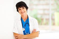 Trabalhador envelhecido meio do hospital imagem de stock royalty free