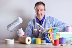 Trabalhador equipado que apresenta produtos da pintura fotografia de stock