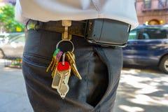 Trabalhador excesso de peso com uniforme e chaves e pilha de suspensão do acesso imagens de stock