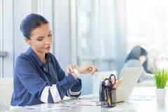 Trabalhador fêmea bonito que usa a tecnologia moderna Foto de Stock Royalty Free