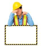 Trabalhador fêmea com o equipamento da proteção, levantando atrás do branco grande imagem de stock