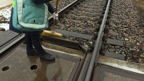 Trabalhador fêmea da estrada de ferro que usa a escova na estrada de ferro vídeos de arquivo