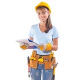 Trabalhador fêmea de sorriso bonito que guarda a prancheta e que olha Imagens de Stock