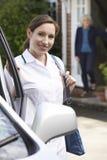 Trabalhador fêmea do cuidado que visita a mulher superior em casa imagens de stock
