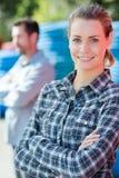 Trabalhador fêmea do retrato na jarda exterior dos materiais foto de stock