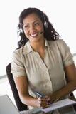 Trabalhador fêmea dos telesales foto de stock