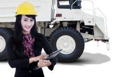 Trabalhador fêmea e um caminhão de mineração imagens de stock