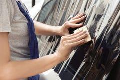 Trabalhador fêmea que aplica-se matizando a folha na janela de carro fotos de stock royalty free