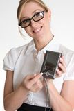 Trabalhador fêmea que demonstra o organizador eletrônico Fotografia de Stock