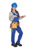 Trabalhador fêmea que guardara a chave e a caixa de ferramentas Fotografia de Stock