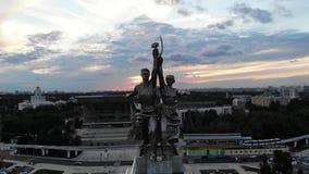 Trabalhador famoso da escultura do russo e fazendeiro coletivo na capital de Rússia em Moscou video estoque
