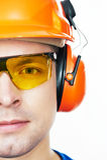 Trabalhador feliz no capacete de segurança e globalmente com polegar acima imagens de stock
