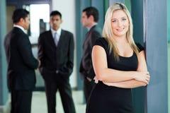 Trabalhador incorporado louro atrativo no escritório imagem de stock