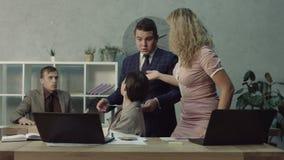 Trabalhador indecente que passa fora do trabalho do colega como seus próprios vídeos de arquivo
