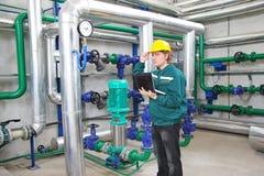 Trabalhador industrial com caderno Fotografia de Stock Royalty Free