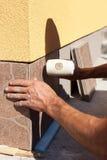 Trabalhador industrial do construtor do tiler que instala a telha Imagem de Stock Royalty Free
