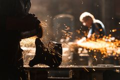 Trabalhador industrial na fábrica fotografia de stock royalty free