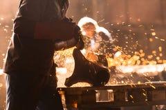Trabalhador industrial na fábrica foto de stock