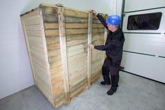 Trabalhador industrial no capacete de segurança e na verificação uniforme Imagens de Stock Royalty Free