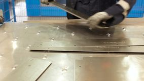Trabalhador industrial que prepara a chapa metálica para o corte do plasma na oficina cena O homem prepara folhas de metal na fáb video estoque