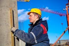 Trabalhador industrial que verific o nível vertical Imagem de Stock