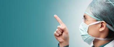 Trabalhador médico masculino que aponta afastado Imagens de Stock