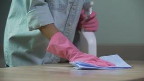 Trabalhador mal pago que limpa uma mesa suja no bar de escola, ocupação baixo-paga vídeos de arquivo
