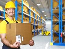 Trabalhador manual com pacote