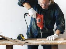 Trabalhador manual de Constractor que trabalha e que usa a chave de fenda imagem de stock royalty free