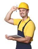 Trabalhador manual de sorriso com caderno Foto de Stock Royalty Free