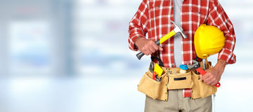 Trabalhador manual do construtor com ferramentas da construção foto de stock