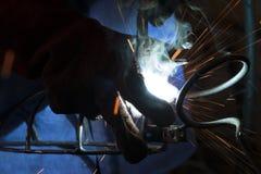 Trabalhador manual do soldador em um trabalho Fotografia de Stock