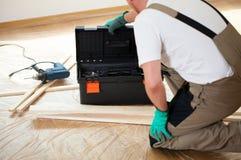 Trabalhador manual durante a renovação da casa fotos de stock