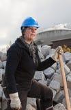 Trabalhador manual fêmea no chapéu duro azul Imagens de Stock