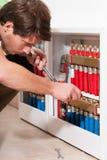 Trabalhador manual na sala de caldeira Imagem de Stock