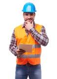 Trabalhador manual no capacete azul com tabuleta digital fotografia de stock royalty free