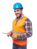 Trabalhador manual no capacete azul usando uma tabuleta digital fotografia de stock royalty free