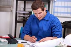 Trabalhador manual no escritório Fotos de Stock Royalty Free