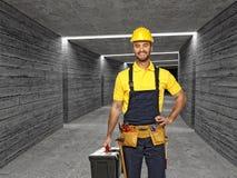 Trabalhador manual no fundo concreto do túnel Fotografia de Stock Royalty Free