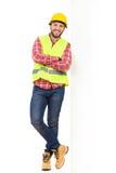 Trabalhador manual que inclina-se em um cartaz branco grande Foto de Stock Royalty Free