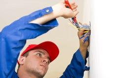 Trabalhador manual que instala a eletricidade Foto de Stock Royalty Free