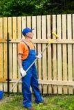 Trabalhador manual que olha o rolo de pintura Fotos de Stock