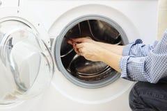 Trabalhador manual que repara uma máquina de lavar imagem de stock