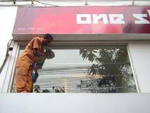 Trabalhador manual que trabalha em condições arriscadas Fotografia de Stock