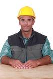 Trabalhador manual sentado em uma mesa Imagem de Stock