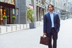 Trabalhador masculino bem sucedido que espera alguém fotos de stock